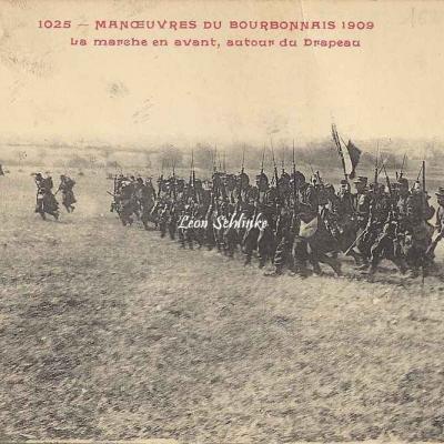 1025 - La marche en avant,  autour du Drapeau