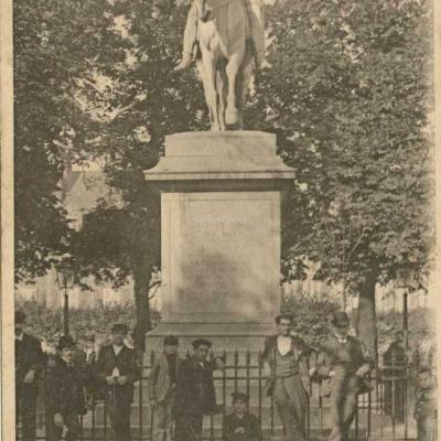 111 - Square des Vosges - Statue de Louis XIII