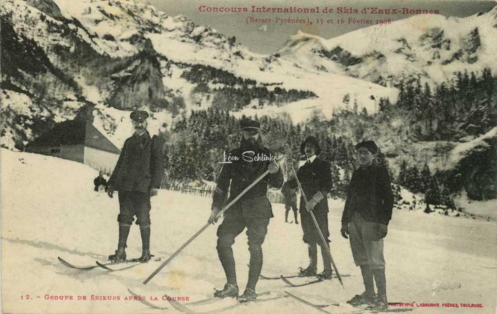 12 - Groupe de Skieurs après la Course