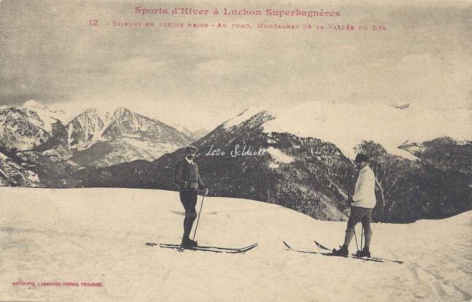 12 - Skieurs en pleine neige - Au fond, montagnes de la Vallée du Lys