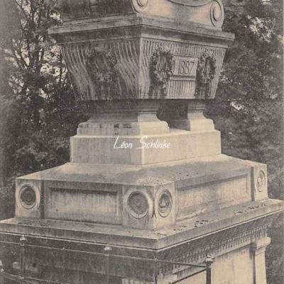 136 - Tombeau de Raspail fils, style du monument de Napoléon Ier
