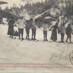 15 - Une brochette de skieurs descendant un champ de neige