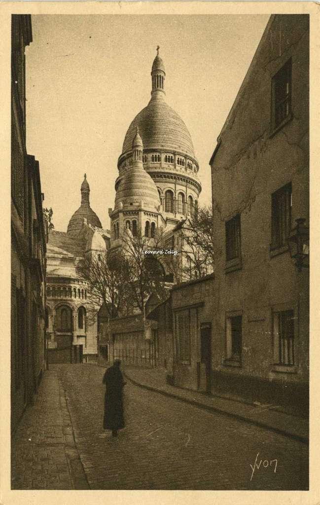 194 - MONTMARTRE - La Basilique vue de la Rue du Chevalier-de-la-Barre