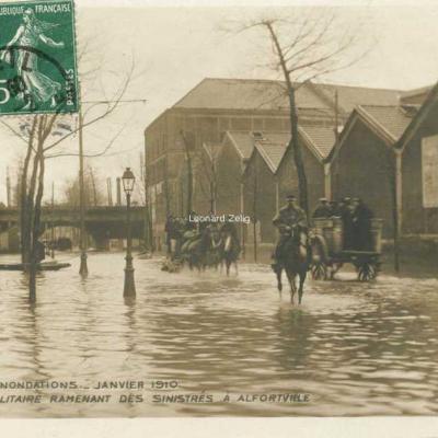 2 - Fourragère militaire ramenant des sinistrés à Alfortville
