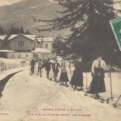 2 - Une file de skieurs devant les Thermes