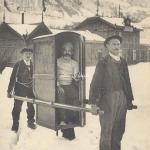 22 - Blessé porté à la gare dans une chaise à porteur
