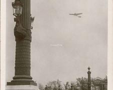 58 - Les Progrès de l'Aviation...Dubonnet sur Tellier au-dessus de la Place de la Concorde