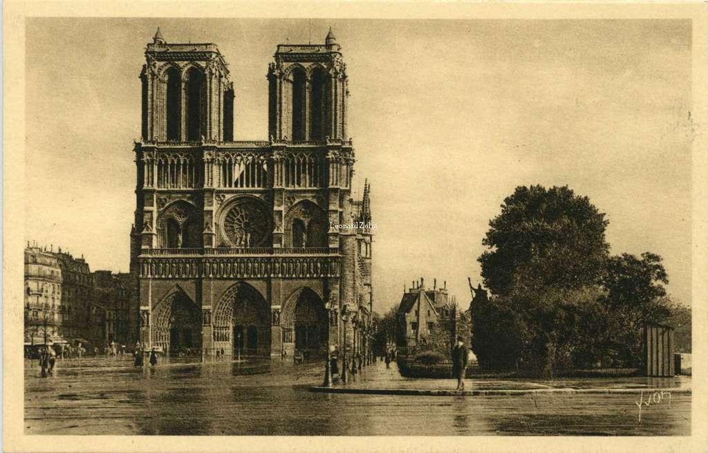 68 - Le Parvis et la Façade de Notre-Dame