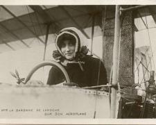 74 - Mme la Baronne de Laroche sur son Aéroplane