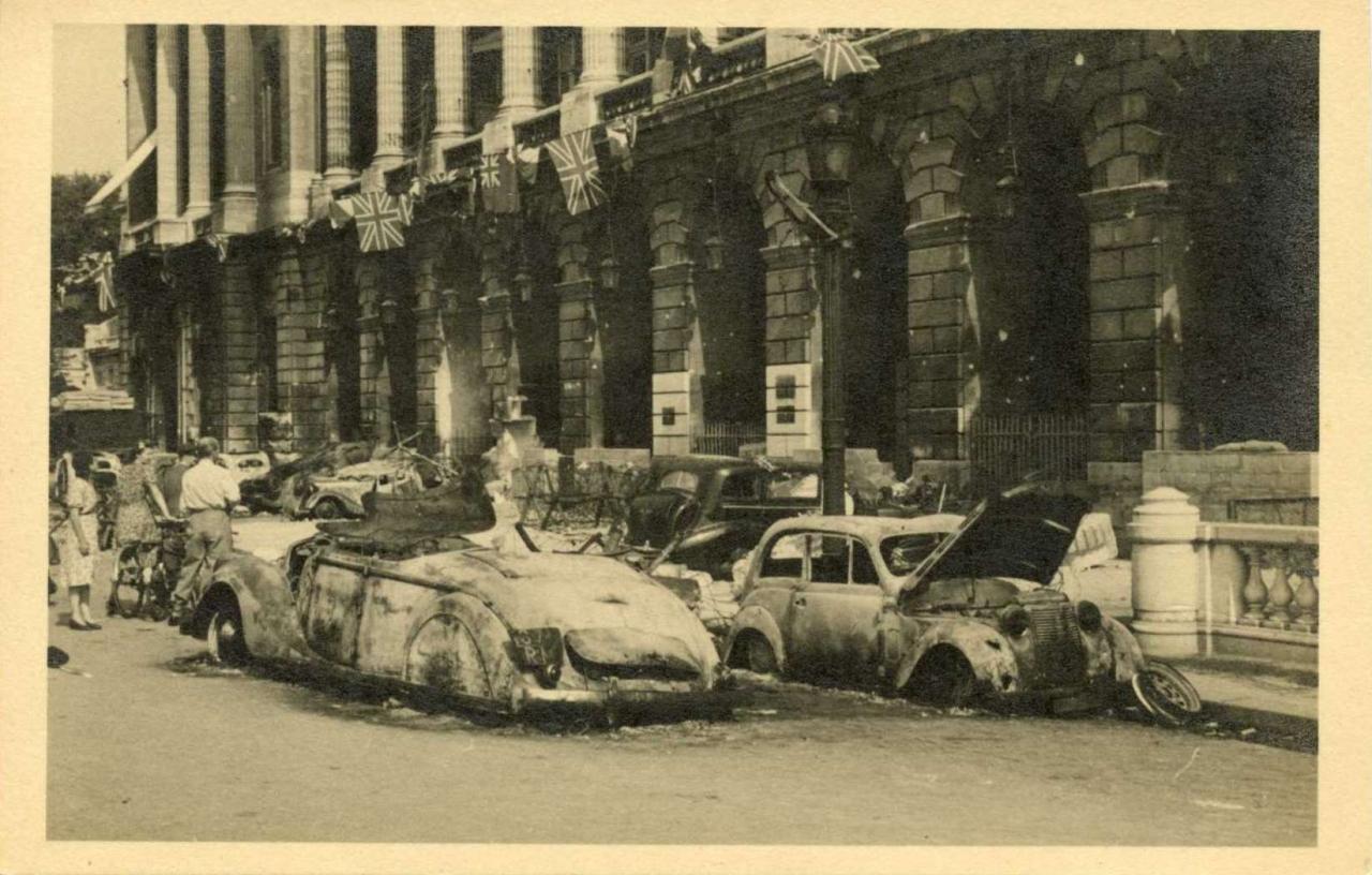 Carte-photo - Devant l'Hôtel Crillon à la Libération