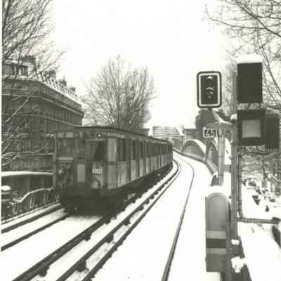 Carte-photo - sur la voie, en sortie de La Chapelle ver Barbès-Rochechouart