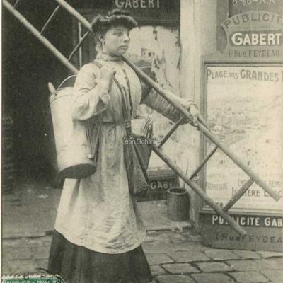 ELD 2131 - La première femme colleuse d'affiches