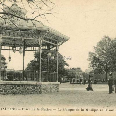 FF 517 - Place de la Nation - Kiosque et sortie du métro