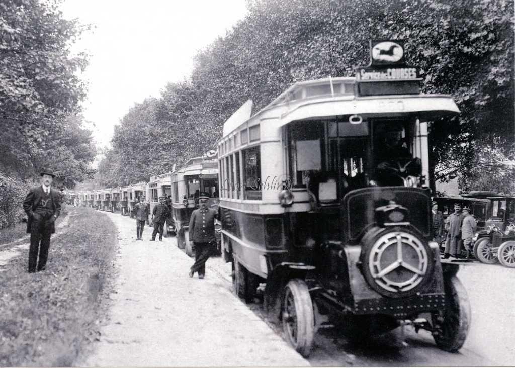File d'autobus Schneider PB2 du service des courses en 1911