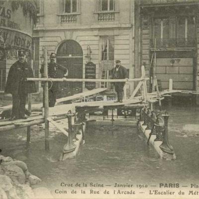 Inconnu - Crue de la Seine - Place de Rome L'escalier submergé
