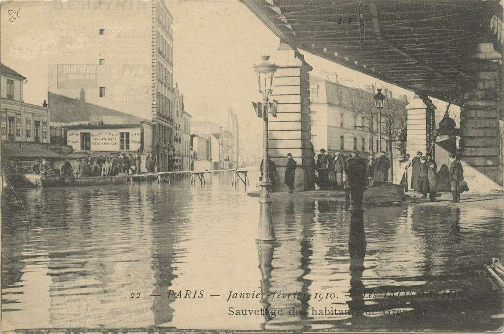 JF 22 - Inondations 1910 - Sauvetage des habitants de Grenellr