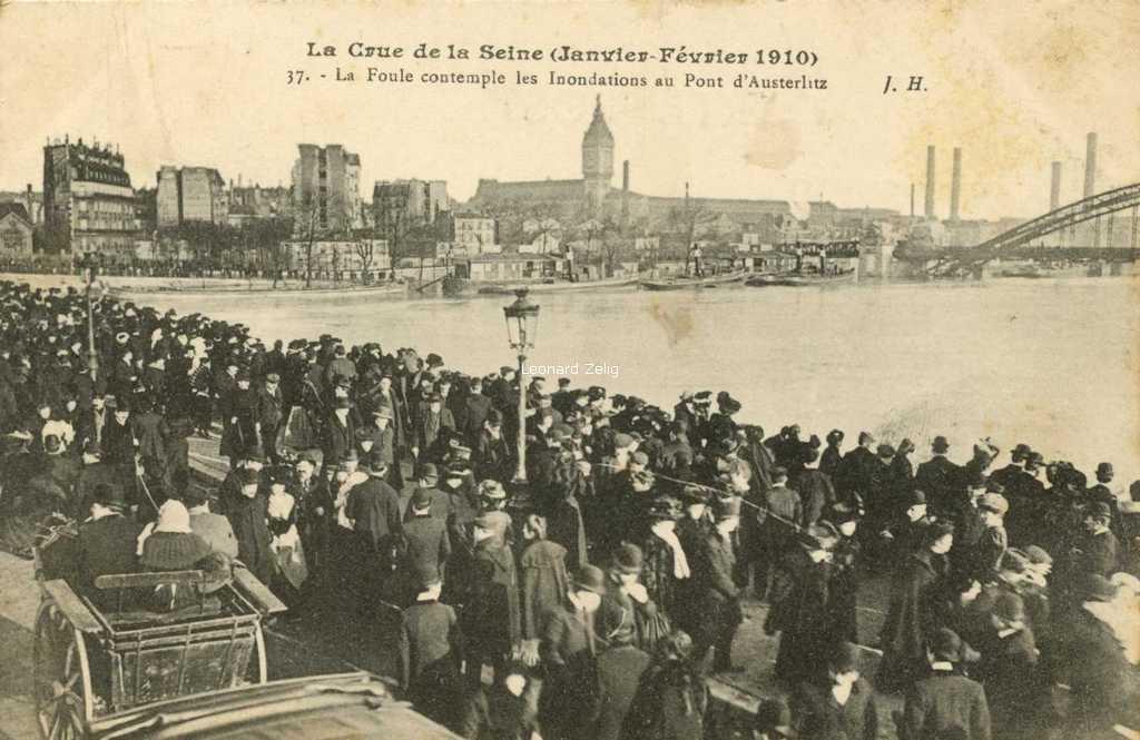 JH 37 - Crue de 1910 - La Foule contemple les Inondations au Pont d'Austerlitz