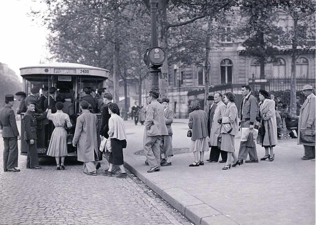 L92 - Montée dans un bus TN6 à l'arrêt Etoile en 1950