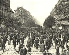 ND - PARIS 1er Mai - Curieux et Manifestants sur le Boulevard Magenta