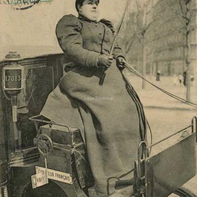 ND 2300 - Mme Véron sur son siège