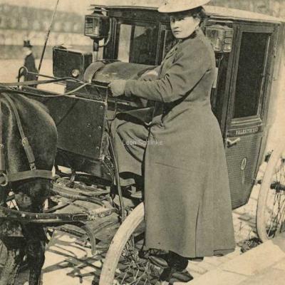 ND 2306 - Mme Decourcelle montant sur son siège