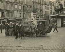 ND - PARIS -  1er Mai  - Un omnibus est renversé
