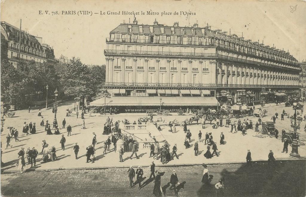 EV 718 - PARIS (VIII°) - Le Grand Hôtel et le Métro place de l'Opéra