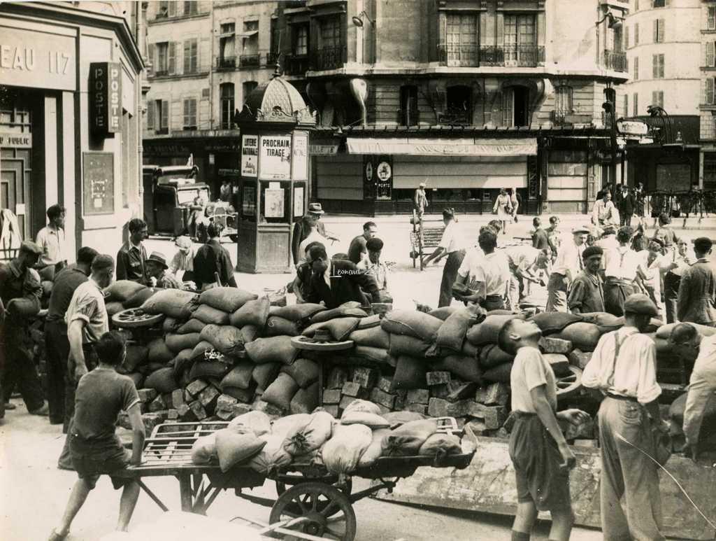 Photo LAPI - Barricade à la Station Châtelet