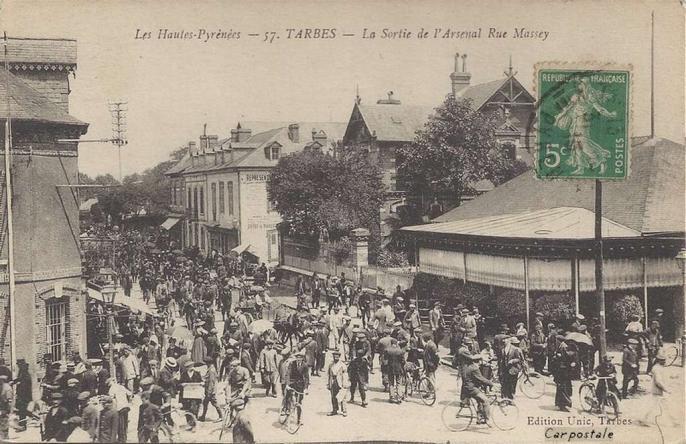 UNIC 57 - Tarbes - La sortie de l'Arsenal Rue Massey